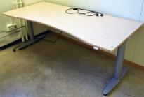 Kinnarps T-serie elektrisk hevsenk skrivebord 200x90cm i bjerk laminat, magebue, pent brukt
