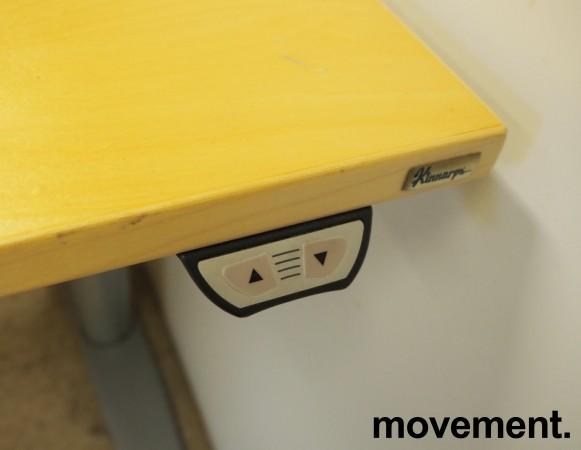 Kinnarps elektrisk hevsenk skrivebord i bjerk / grått, 160x90cm med magebue, pent brukt bilde 3