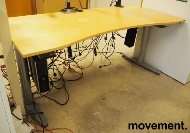Kinnarps elektrisk hevsenk skrivebord i bjerk / grått, 160x90cm med magebue, pent brukt bilde 1