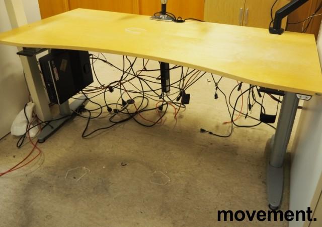 Kinnarps elektrisk hevsenk skrivebord i bjerk / grått, 160x90cm med magebue, pent brukt bilde 2