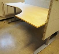 Elektrisk hevsenk skrivebord fra Kinnarps T-serie i bjerk, 200x120cm hjørneløsning sving h.s., pent brukt