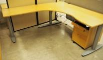 Kinnarps elektrisk hevsenk hjørneløsning skrivebord i bøk, 200x200cm, sving på venstre side, T-serie, pent brukt