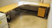 Kinnarps elektrisk hevsenk hjørneløsning skrivebord i bøk, 200x220cm, sving på venstre side, T-serie, pent brukt
