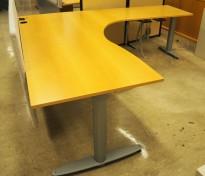 Kinnarps elektrisk hevsenk hjørneløsning skrivebord i bøk, 200x200cm, sving på høyre side, T-serie, pent brukt