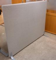 Frittstående skillevegg fra Götessons i lyst grått ullstoff, 160x125cm, pent brukt