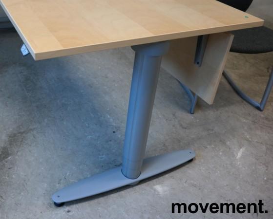Kinnarps elektrisk hevsenk hjørneløsning skrivebord i bjerk, 200x200cm, dybde 80cm, T-serie, pent brukt bilde 2