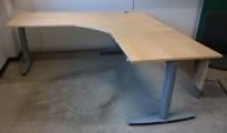 Kinnarps elektrisk hevsenk hjørneløsning skrivebord i bjerk, 200x200cm, dybde 80cm, T-serie, pent brukt