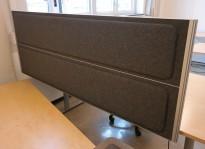 Kinnarps Rezon bordskillevegg til kontorpult i mørk gråmelert ullfilt, 180cm bredde, 69cm høyde, pent brukt