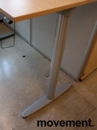 Kinnarps elektrisk hevsenk skrivebord i bøk / grått, 160x90cm med magebue, pent brukt bilde 3