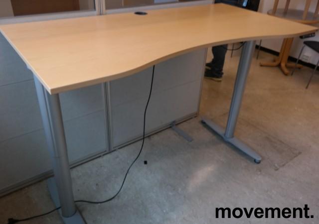 Kinnarps elektrisk hevsenk skrivebord i bøk / grått, 160x90cm med magebue, pent brukt bilde 2