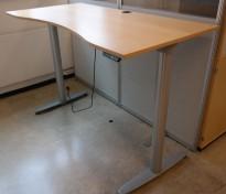Kinnarps elektrisk hevsenk skrivebord i bøk / grått, 160x90cm med magebue, pent brukt