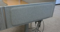 Kinnarps Rezon bordskillevegg til kontorpult i lys gråmelert ullfilt, 100 cm bredde, 35cm høyde, pent brukt