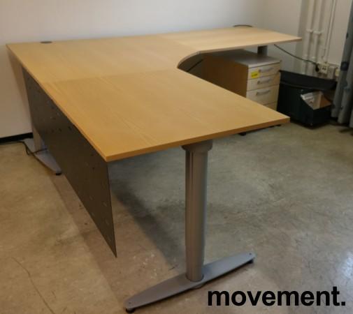 Kinnarps elektrisk hevsenk hjørneløsning skrivebord i bjerk, 220x220cm, dybde 80cm, T-serie, pent brukt bilde 1