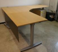 Kinnarps elektrisk hevsenk hjørneløsning skrivebord i bjerk, 220x220cm, dybde 80cm, T-serie, pent brukt