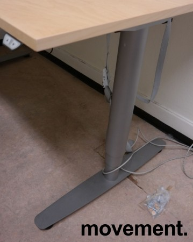 Skrivebord / hjørneløsning med elektrisk hevsenk fra EFG i bjerk, 160x180cm, venstreløsning, pent brukt bilde 2