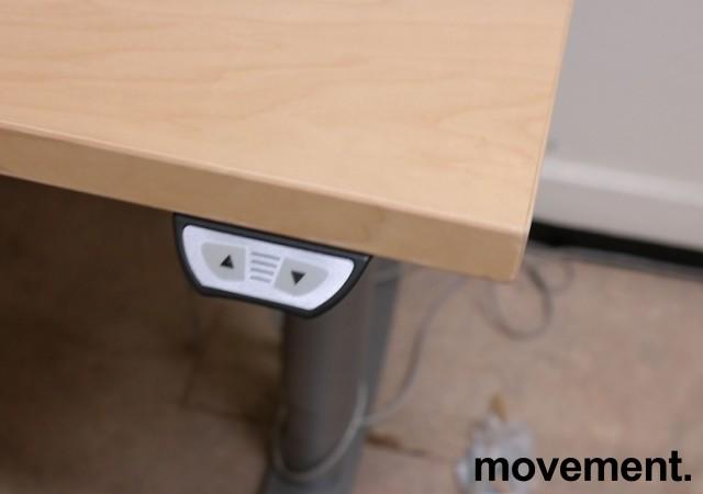 Skrivebord / hjørneløsning med elektrisk hevsenk fra EFG i bjerk, 160x180cm, venstreløsning, pent brukt bilde 3