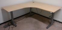Skrivebord / hjørneløsning med elektrisk hevsenk fra EFG i bjerk, 160x180cm, venstreløsning, pent brukt
