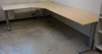 Kinnarps elektrisk hevsenk hjørneløsning skrivebord i bjerk, 280x200cm, dybde 80cm, T-serie, pent brukt