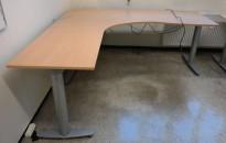 Kinnarps elektrisk hevsenk hjørneløsning skrivebord i bøk laminat, 200x200cm, sving på venstre side, T-serie, pent brukt