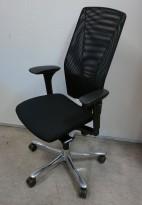 Kontorstol: Kinnarps 5000-serie, sort stoffsete, sort meshrygg, armlener, krom kryss, pent brukt
