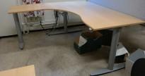 Kinnarps elektrisk hevsenk hjørneløsning skrivebord i bøk, 180x180cm, sving på venstre side, T-serie, pent brukt
