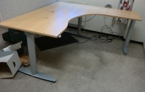 Kinnarps elektrisk hevsenk hjørneløsning skrivebord i bøk, 180x180cm, sving på høyre side, T-serie, pent brukt