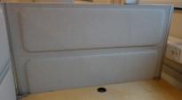 Kinnarps Rezon bordskillevegg til kontorpult i lyst grått striestoff, 120cm bredde, 69cm høyde, pent brukt