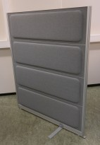Skillevegg fra Kinnarps, modell Rezon i mellomgrått stoff, 120cm bredde, 145cm høyde, pent brukt