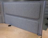 Kinnarps Rezon bordskillevegg til kontorpult i lyst grått ullfilt, 120cm bredde, 69cm høyde, pent brukt