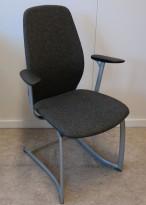Møteromsstol / besøksstol fra Kinnarps, mod Plus 377 i gråmelert ullstoff / sort armlene, grå ramme, pent brukt