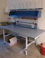 Pakkebord med topphylle og forskjellige papirdispensere, 180cm bredde, pent brukt