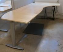 Kinnarps elektrisk hevsenk hjørneløsning skrivebord i bjerk, 260x120cm, sving på høyre side, T-serie, pent brukt