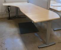 Kinnarps elektrisk hevsenk hjørneløsning skrivebord i bjerk, 260x120cm, sving på venstre side, T-serie, pent brukt