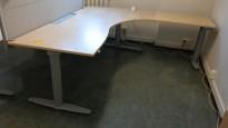 Kinnarps elektrisk hevsenk hjørneløsning skrivebord i bjerk, 200x200cm, sving på h. side, kabelboks, T-serie, pent brukt
