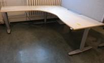 Kinnarps elektrisk hevsenk hjørneløsning skrivebord i bjerk, 200x200cm, sving på venstre side, kabelboks, T-serie, pent brukt