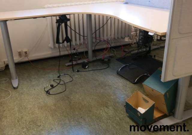 Kinnarps elektrisk hevsenk hjørneløsning skrivebord i bjerk laminat, 200x200cm, sving på venstre side, T-serie, pent brukt bilde 1