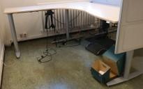 Kinnarps elektrisk hevsenk hjørneløsning skrivebord i bjerk laminat, 200x200cm, sving på venstre side, T-serie, pent brukt
