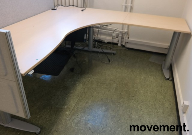 Kinnarps elektrisk hevsenk hjørneløsning skrivebord i bjerk laminat, 200x200cm, sving på h. side, T-serie, pent brukt bilde 1