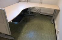 Kinnarps elektrisk hevsenk hjørneløsning skrivebord i bjerk laminat, 200x200cm, sving på h. side, T-serie, pent brukt