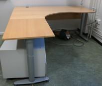 Kinnarps elektrisk hevsenk hjørneløsning skrivebord i bøk, 180x200cm, sving på venstre side, T-serie, pent brukt