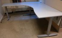 Kinnarps elektrisk hevsenk hjørneløsning skrivebord i lys grå, 200x200cm, sving på venstre side, T-serie, pent brukt