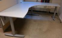 Kinnarps elektrisk hevsenk hjørneløsning skrivebord i lys grå, 200x200cm, sving på høyre side, T-serie, pent brukt