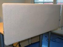 Bordskillevegg i lysegrå ullfilt fra Götessons, 180x65cm, pent brukt