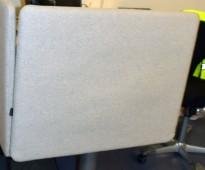 Bordskillevegg i lysegrå ullfilt fra Götessons, 80x65cm, pent brukt