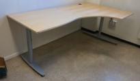 Skrivebord / hjørneløsning fra Kinnarps i bjerk, T-serie, 200x120cm, høyreløsning, pent brukt