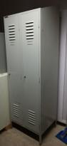 Retro garderobeskap i grålakkert stål fra Norsk Gjærde-og Metaldukfabrik AS, 2 rom, pent brukt