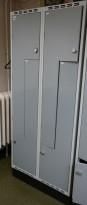 Garderobeskap i stål med Z-dører i lys grå, 4 rom. 80cm bredde, 55cm dybde, 195cm høyde, pent brukt