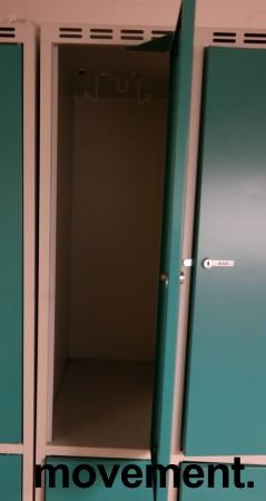 Garderobeskap i stål fra SSG, 6 rom / 2 høyder, lysegrått med turkise dører, hasp for hengelås, bredde 90cm, høyde 194cm, pent brukt bilde 2