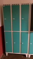 Garderobeskap i stål fra SSG, 6 rom / 2 høyder, lysegrått med turkise dører, hasp for hengelås, bredde 90cm, høyde 194cm, pent brukt