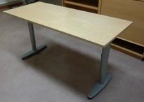 Sidebord til skrivebord 140x60cm i Kinnarps  T-serie, bjerk plate, grå ben, pent brukt